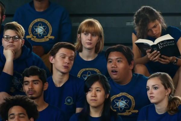 Tom Holland em meio a seus colegas de escola no próximo 'Homem-Aranha' (Foto: Reprodução)