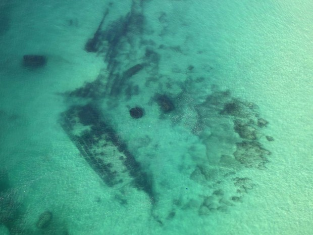 Com as águas claras, é possível ver do alto os destroços do navio Workman, que naufragou na Barra da Tijuca em 1913, no Rio de Janeiro (Foto: Genilson Araújo/Parceiro/Agência O Globo)