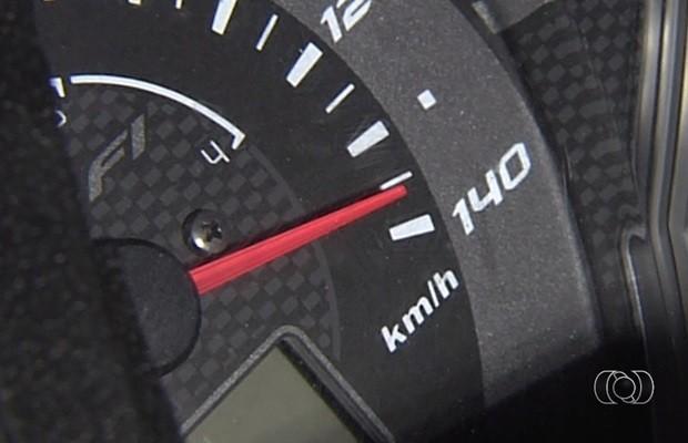 Velocímetro da motocicleta travou a mais de 130 km/h em acidente, em Goiás (Foto: Reprodução/TV Anhanguera)
