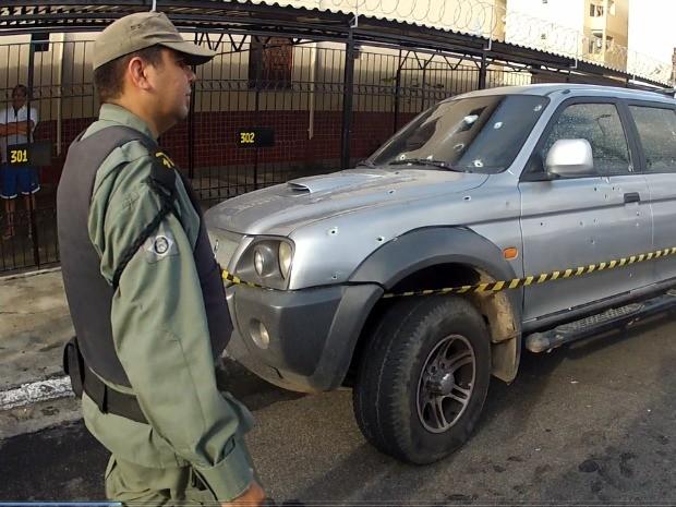Carro foi atingido por vários disparos; motorista sofreu pelo menos um tiro, segundo a polícia (Foto: TV Verdes Mares/Reprodução)