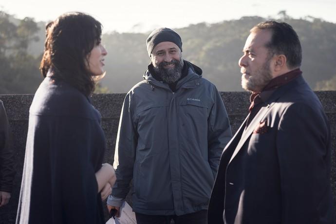 Monica Iozzi e Tony Ramos sendo orientados por Mauro Mendonça Filho (Foto: Ramón Vasconcelos/TV Globo)