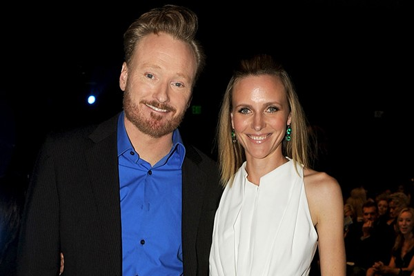 Conan O'Brien e Liza Powel (Foto: Getty Images)