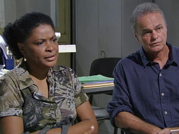 Acompanha de Nelson, Rose toma coragem e depõe sobre assalto (Foto: Malhação / Tv Globo)