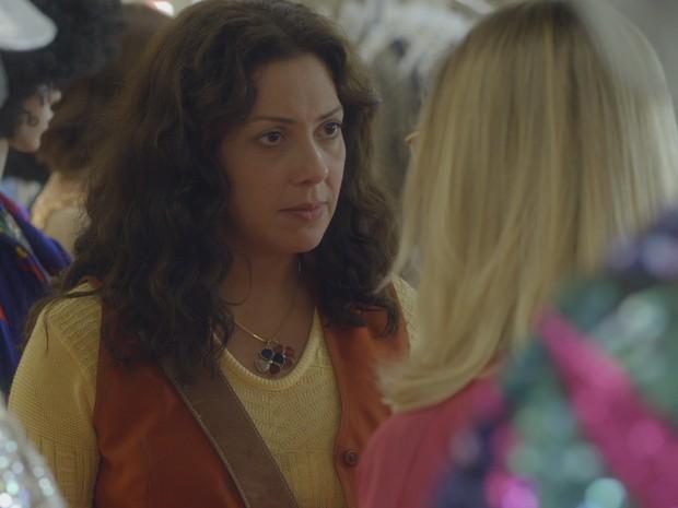 Cris pergunta para Gilda se Mário tem uma amante (Foto: TV Globo)