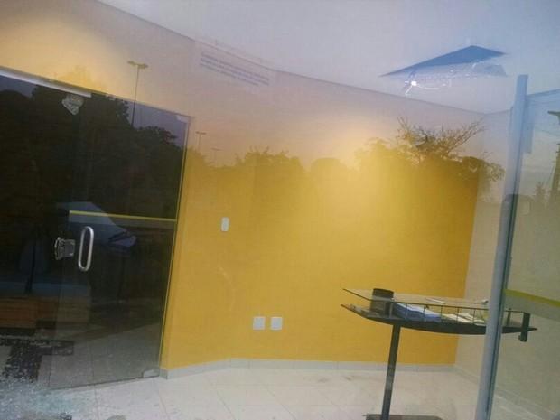 Polícia ainda não tem pistas sobre os assaltantes que explodiram o caixa da agência (Foto: Dilvulgação/PM-TO)