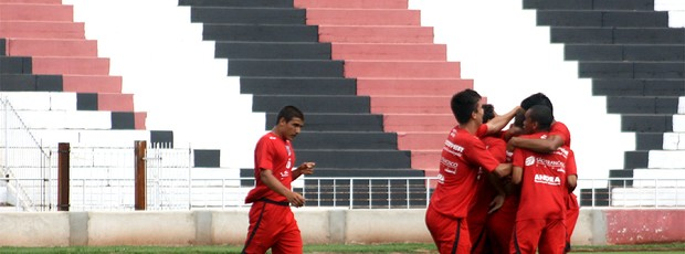 Jogadores da equipe Sub-20 do Botafogo comemoram o primeiro gol, no empate com o Monte Azul (Foto: Cleber Akamine / globoesporte.com)
