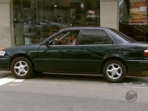 Motorista estaciona irregularmente em vaga para deficientes em São João da Boa Vista, SP (Foto: Reprodução/EPTV)