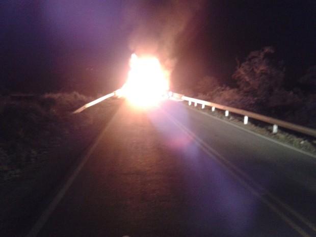 Veículos foram incendiados em acessos do município (Foto: Reprodução/ Agreste Violento)