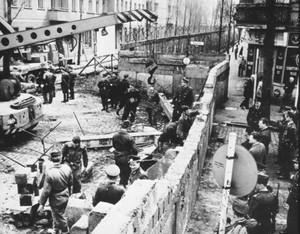 Construção do Muro de Berlim (Foto: Reprodução/Colégio Qi)