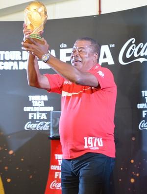 Jairzinho no Tour da Taça da Copa do Mundo 2014, em João Pessoa (Foto: Larissa Keren / GloboEsporte.com/pb)