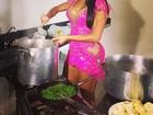 Gracyanne Barbosa ajuda a preparar feijoada na Mangueira