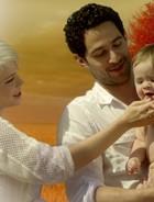 Lua e Zélia vivem  com filho alado (TV Globo/ Saramandaia)