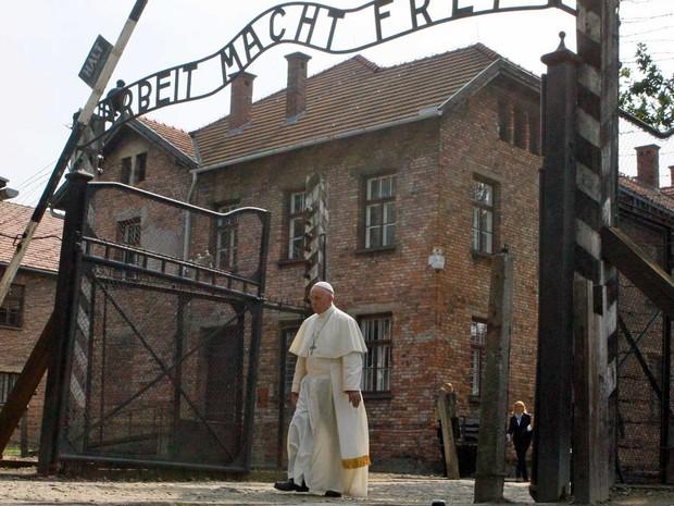 Papa Francisco atravessa o portão do campo de concentração nazista de Auschwitz, onde está inscrito 'Arbeit macht frei' (O trabalho liberta) (Foto: Kacper Pempel / Reuters)
