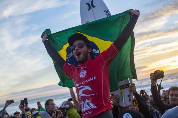 Com bandeira do Brasil, Filipe Toledo comemora título da etapa de Peniche do Circuito Mundial de Surfe (Foto: Divulgação)