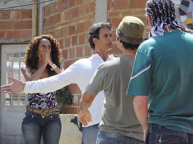 O clima fica pesado e Penha se desespera (Foto: Cheias de Charme / TV Globo)