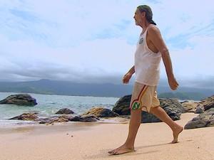 Homem vive há 32 anos em ilha deserta de São Sebastião, SP (Foto: Reprodução/TV Vanguarda)