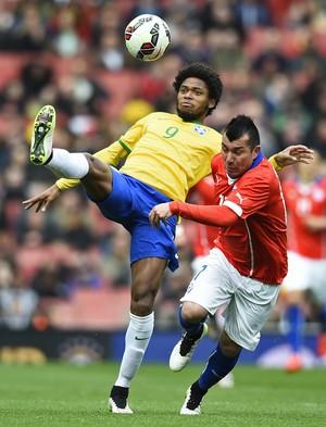Luiz Adriano e Gary Medel, Brasil x Chile, Emirates Stadium (Foto: Reuters)