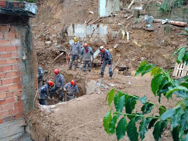 Bombeiros buscam vítimas em Mairiporã (Foto: Divulgação/Corpo de Bombeiros de SP)