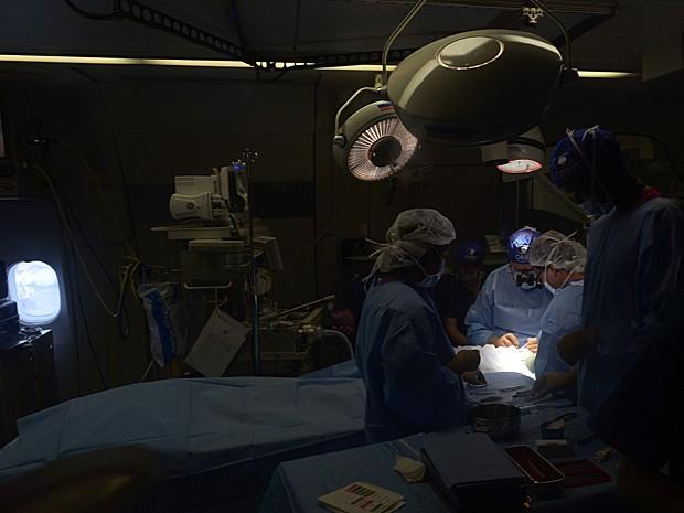 Cirurgiões oftalmológicos operam paciente dentro de avião na Índia (Foto: Dibyangshu Sarkar/AFP)