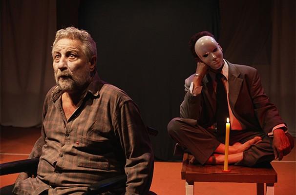 Os atores Antonio Ginco e Marco Faustino em cena do espetáculo (Foto: Renato Grieco)