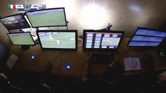 Uruguai perde pênalti após ajuda de vídeo, mas vence Itália com golaço