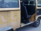 Veículo totalmente destruído carrega funcionários de Itanhaém, SP