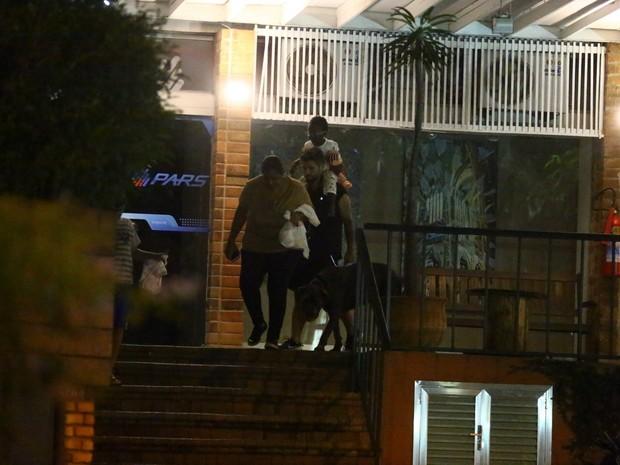 Bruno Gagliasso com a filha, Titi Gagliasso, na Zona Oeste do Rio (Foto: Ag. News)
