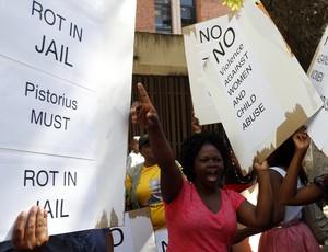 Cartaz contra Pistorius (Foto: Reuters)
