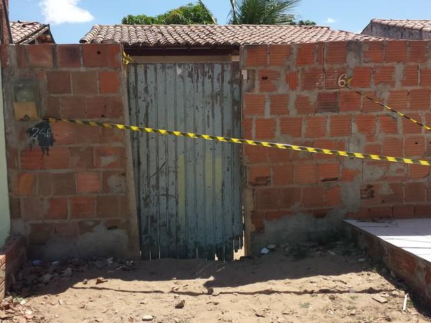 Corpo de mulher foi encontrado no quintal de uma casa no Vila Vitória em Petrolina (Foto: Luana Bernardes / TV Grande Rio)
