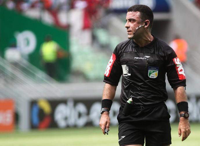 árbitro Igor Junio Benevenuto (Foto: Leonardo Benassatto / Ag. Estado)
