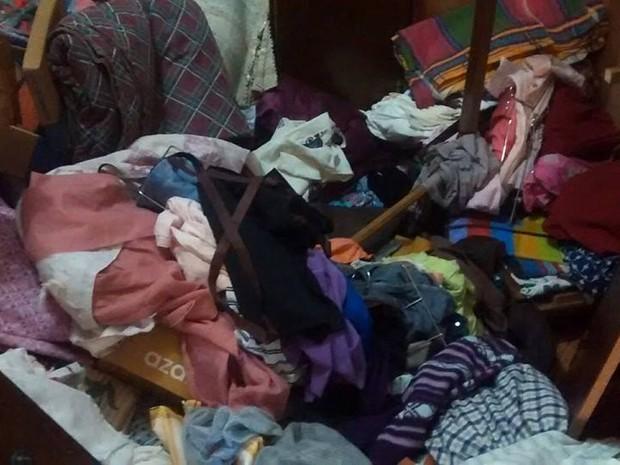Casa fica revirada após assalto em Paineiras (Foto: Janaína Lourenço/Arquivo Pessoal)