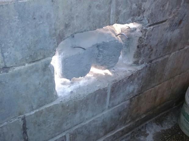 Detentos fizeram um buraco na parede do Cadeião de Socorro (Foto: Sindpen/Divulgação)