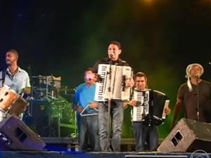 Targino Gondim se apresenta no Viva Gonzagão (Foto: Reprodução/TV Grande Rio)