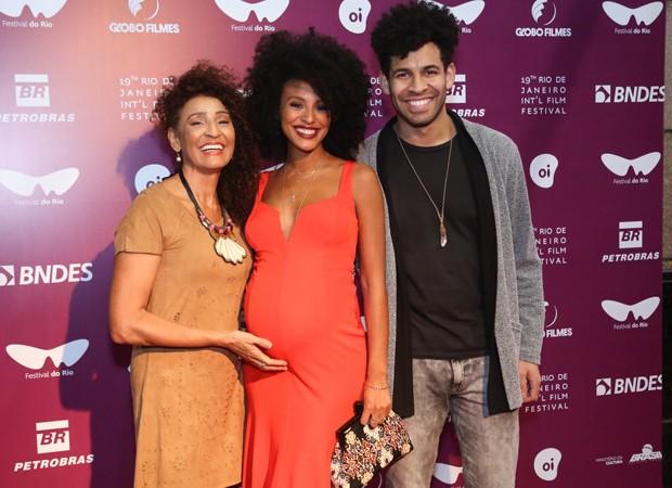 Sheron Menezzes com a mãe, Veralinda, e o irmão DRayson Menezes (Foto: Roberto Filho/Brazil News)