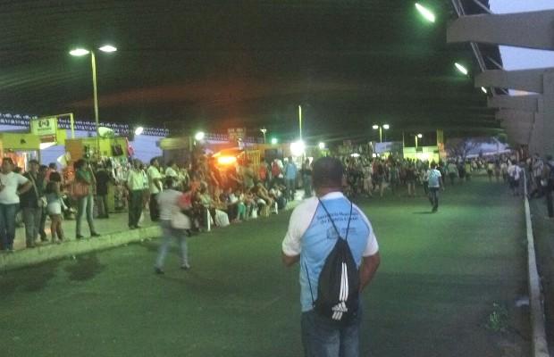Passageiros afirmam que esperavam por ônibus por mais de 40 minutos, em Goiânia, Goiás (Foto: Divulgação/PM)