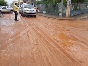 Chuva forte destrói calçamentos e espalha lama por Caetité (Foto: Ederson Albert/ Caetité Notícias)
