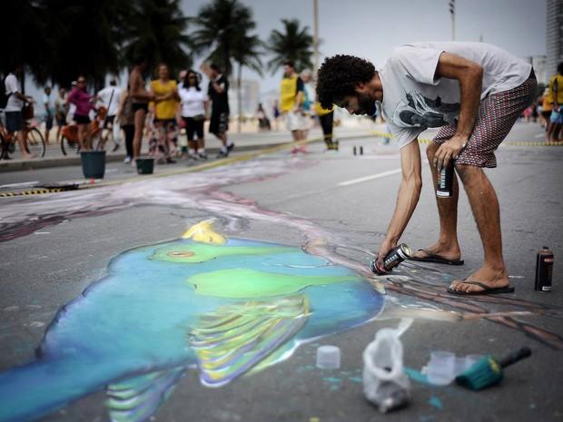 Marcelo Melo grafita a orla de Copacabana, no Rio de Janeiro  (Foto: Reprodução/ Facebook/ Comunidade Bahá'í do Brasil)