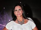 Aos 56 anos, Gretchen deixa barriga tatuada à mostra em evento