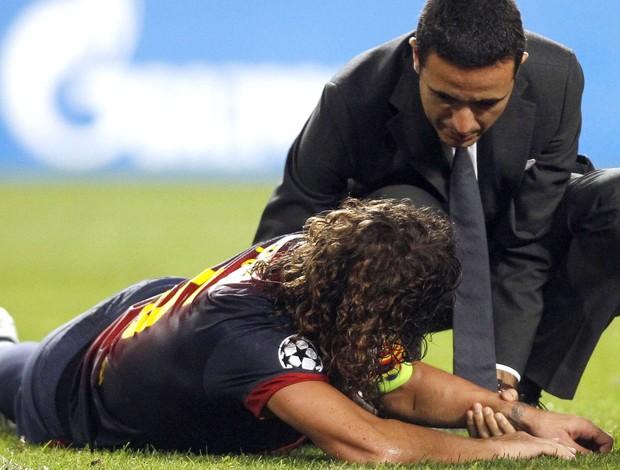 Puyol quebra o braço, Benfica e Barcelona (Foto: Agência Reuters)