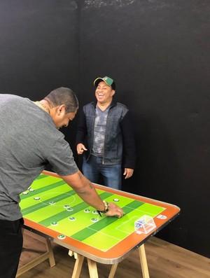 """BLOG: """"It's not just a play""""... Vampeta e Junior reconstituem Palmeiras x Corinthians numa mesa de futebol de botão"""