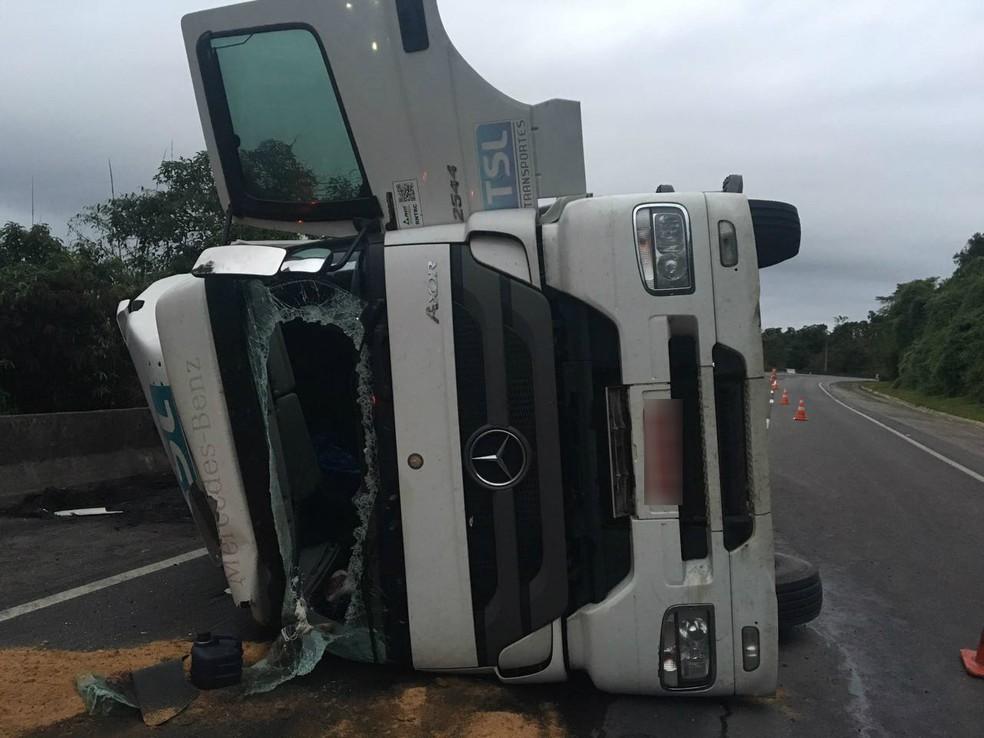Caminhão tombou no km 23 da rodovia, no sentido Curitiba (Foto: Divulgação/PRF)