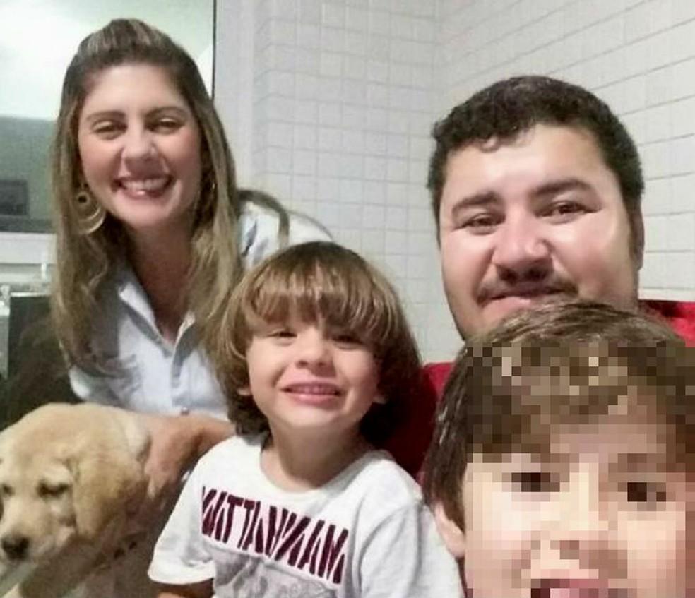 Lorena e o filho mais novo, de 4 anos, que morreram no acidente, junto com o marido e o filho mais velho (Foto: Reprodução/Facebook)