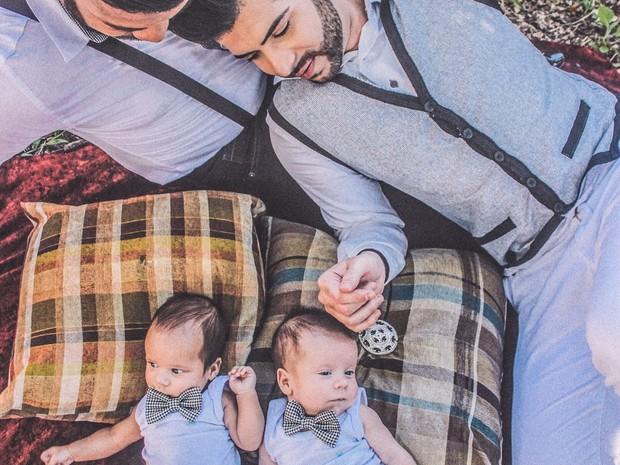 Gustavo e Luiz com os gêmeos (Foto: Wendel Castro)