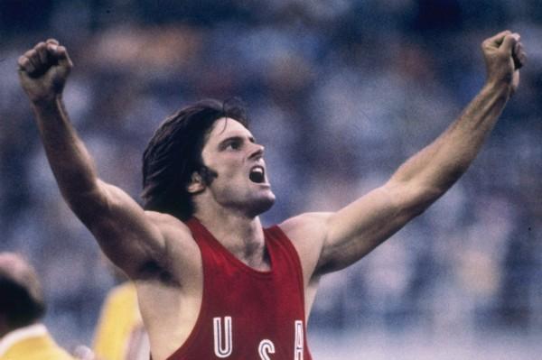 Caitlyn Jenner, ainda como Bruce Jenner, celebrando sua vitória olímpica em 1976 (Foto: Getty Images)