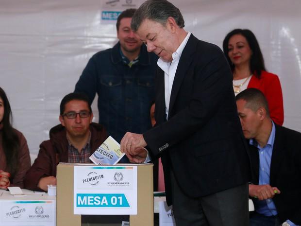 Presidente Juan Manuel Santos vota em referendo neste domingo (2). (Foto: Reuters)