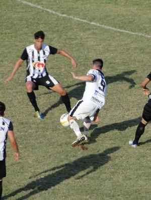 Leleco, atacante do Comercial, tenta passar pela defesa do Independente (Foto: Gabriel Lopes / Comercial FC)