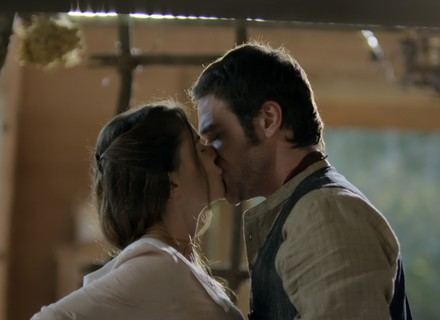 Beijo forçado surpreende noviça vivida por Alinne Moraes