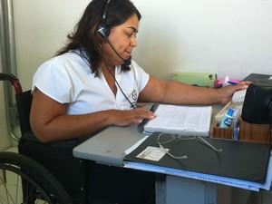 Viviane trabalha como telefonista em uma faculdade (Foto: Michelly Oda / G1)