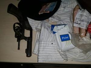 Arma e objetos apreendidos com suspeito de assalto (Foto: Toni Francis/G1)