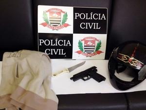 Materiais foram apreendidos na casa do rapaz preso (Foto: Polícia Civil/Divulgação)